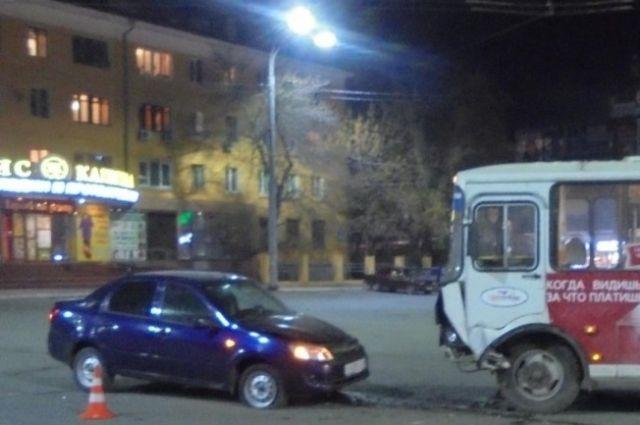 В Оренбурге в столкновении с автобусом пострадал водитель «Лады».
