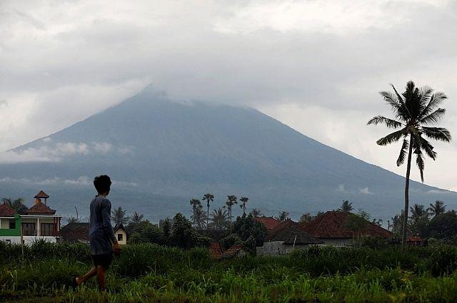 НаБали из-за масштабного извержения вулкана людей могут принудительно эвакуировать
