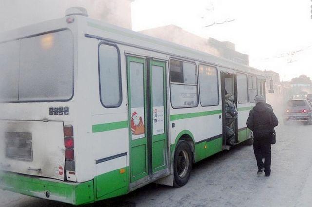 Водитель автобуса № 90 высаживал пассажиров из второго ряда.