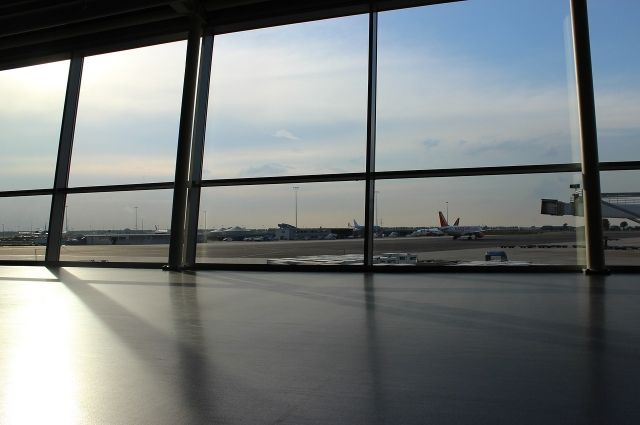 В кемеровском аэропорту сняли с рейса москвича, корчившего гримасы попутчикам.