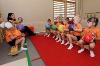 Охрана здоровья детей включает в себя обучение педагогов навыкам оказания первой помощи.