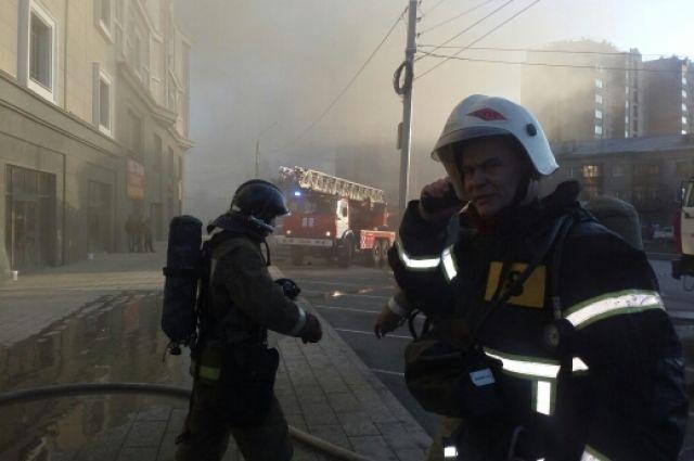 МЧС в Оренбурге на пожаре в ТК Любимый никто не пострадал