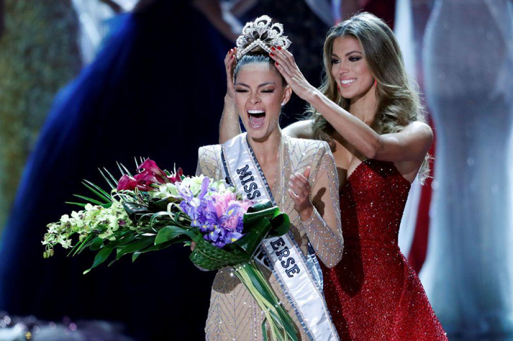 26 ноября. В Лас-Вегасе подвели итоги конкурса красоты «Мисс Вселенная – 2017». Победительницей стала 22-летняя Деми-Ли Нель-Питерс из ЮАР. Девушка получает корону из рук победительницы прошлого года Ирис Миттенар.