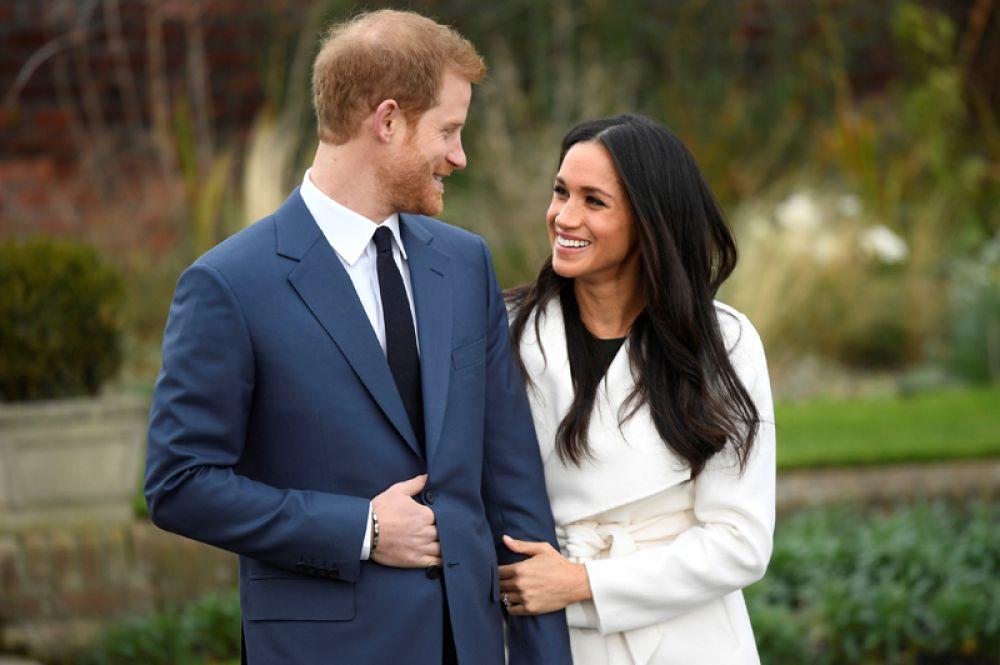 27 ноября. Британский принц Гарри и Меган Маркл на официальной фотосесии в Белом саду Кенсингтонского дворца после объявления о своей помолвке.