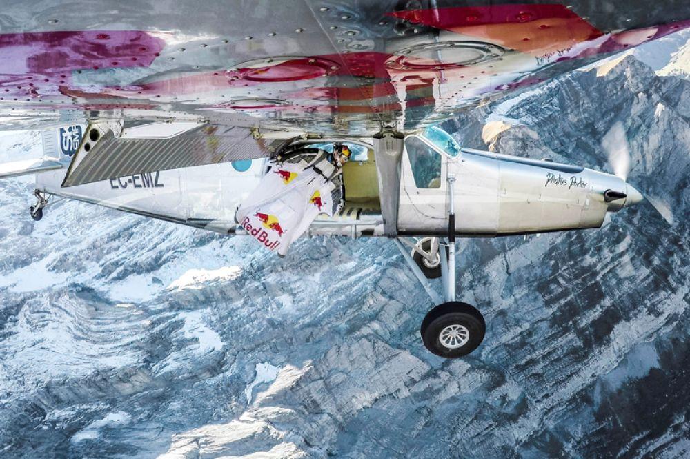 28 ноября. Члены команды экстремалов Soul Flyers, французы Фред Фуген и Винс Реффет, занимающиеся полетами при помощи костюма-крыла («вингсьют»), совершили прыжок с вершины горы Юнгфрау (4158 метров) в Швейцарии, и смогли влететь точно в кабину движущегося самолета.
