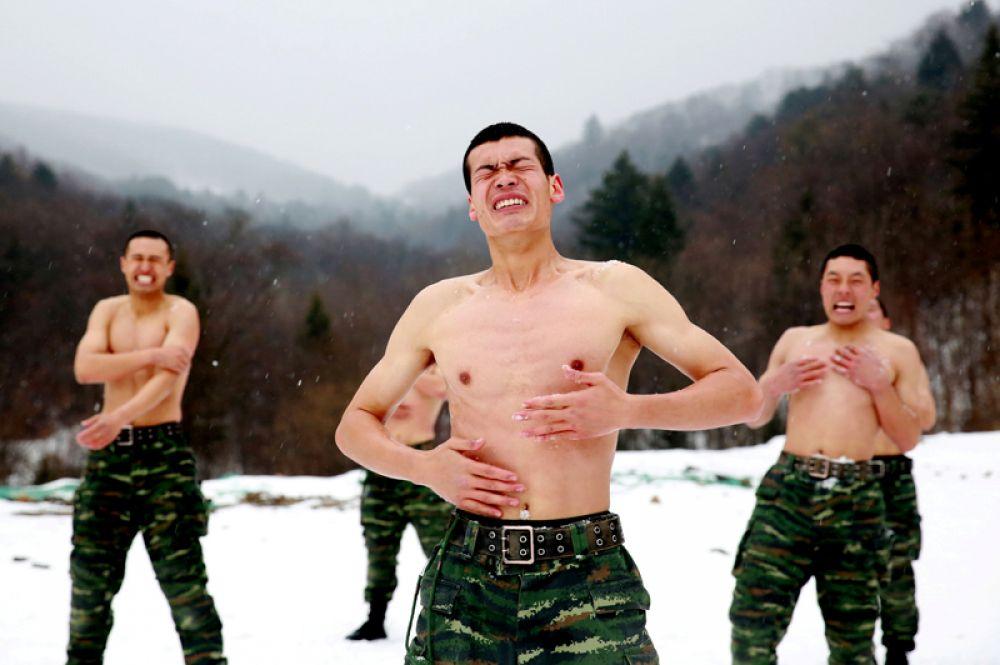 28 ноября. Китайские военнослужащие во время зимней тренировки на в Чанчуне, провинция Цзилинь.