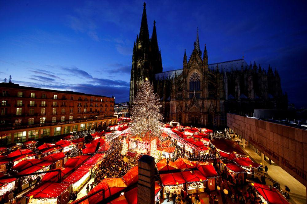 28 ноября. Рождественская ярмарка на площади перед готическим собором в Кельне, Германия.