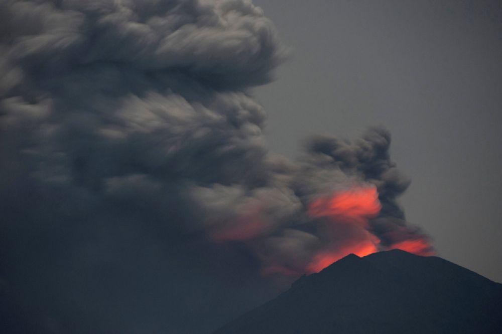 28 ноября. Извержение вулкана Агунг на Бали. Вид с пляжа Джемелук.