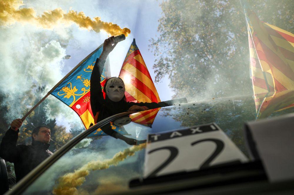 29 ноября. Забастовка водителей такси в знак протеста против недобросовестной конкуренции со стороны Uber и Cabify, в Мадриде, Испания.