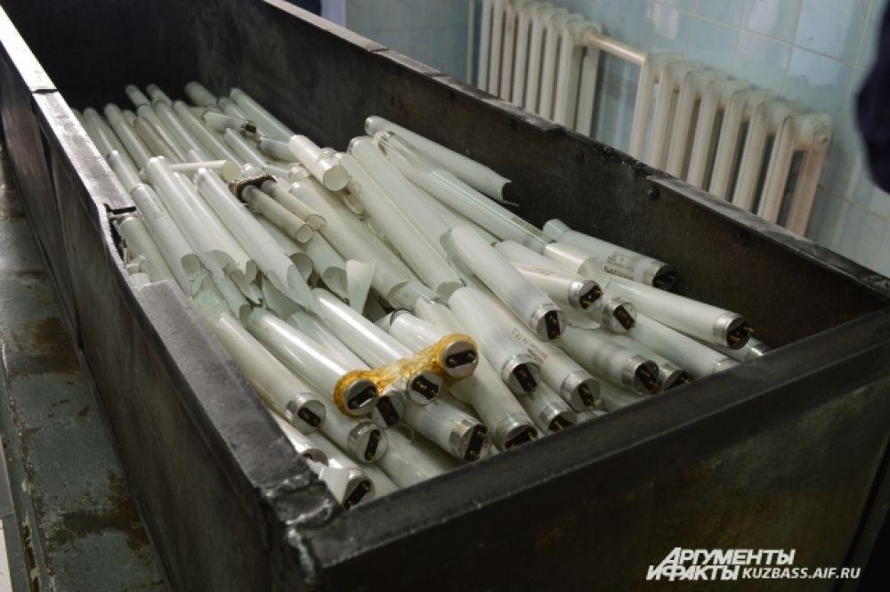 Стекло отдают как бытовые отходы на дальнейшую переработку, а ртуть отправляют специализированному переработчику в Новосибирск.