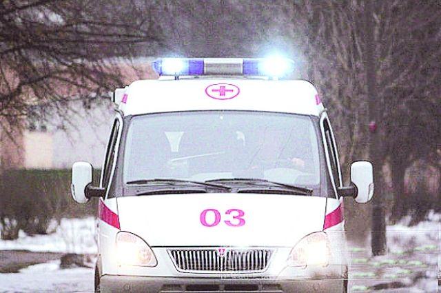 На место аварии прибыли сотрудники скорой помощи.