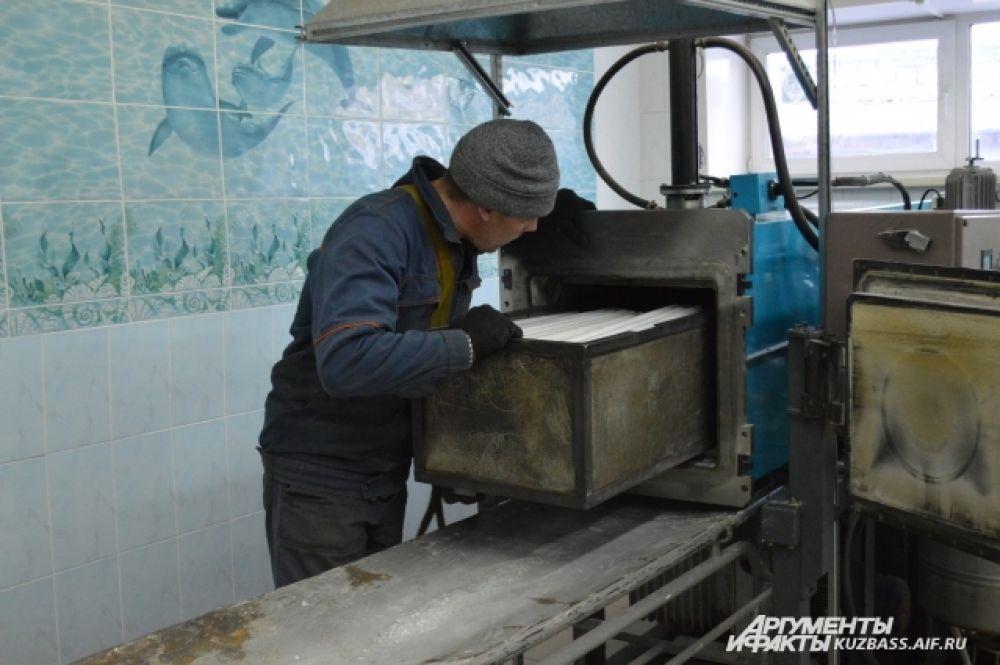 В процессе переработки ртуть вынимают из ламп при их разогревании до 350 градусов.