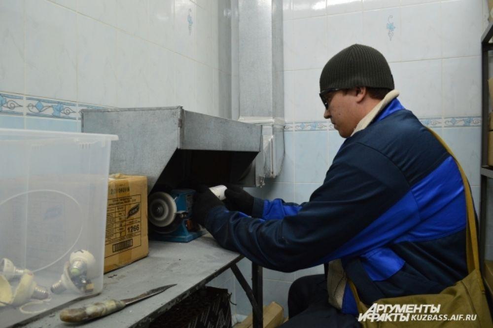 Но специальных средств защиты у работников, которые занимаются переработкой, нет. Максимум перчатки.