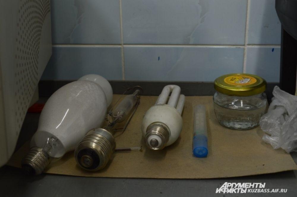 В области существует 70 бесплатных пунктов приёма и сбора ртутьсодержащих ламп и термометров, в Кемерове их 26. Обычно пункты организованы на базе крупных строительных магазинов.