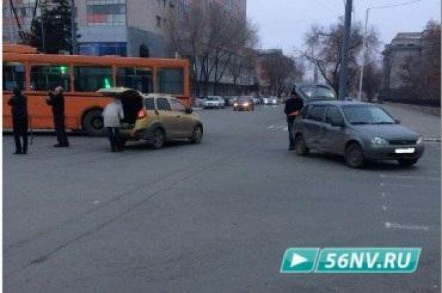 В Оренбурге из-за ДТП около татарского театра образовалась пробка.