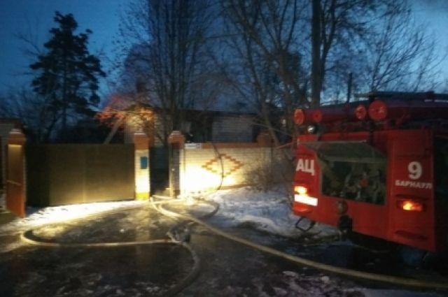 Тела 3-х человек отыскали cотрудники экстренных служб вовремя тушения пожара вБарнауле