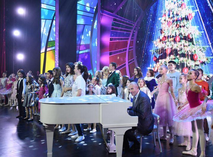 По традиции за белым роялем - маэстро Игорь Крутой