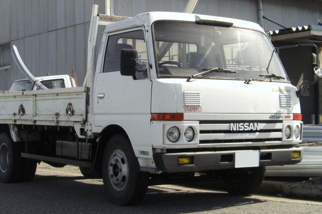 «Nissan Atlas» столкнулся с «КамАЗом» на трассе в Кемеровской области.