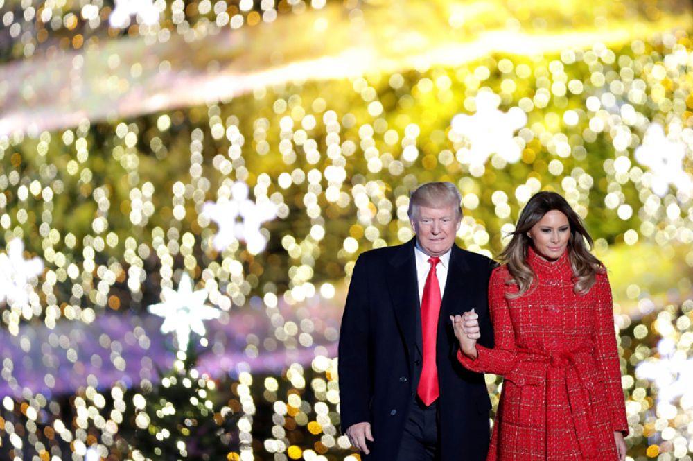 30 ноября. Президент США Дональд Трамп и первая леди Мелания Трамп зажгли главную рождественскую елку в Вашингтоне.