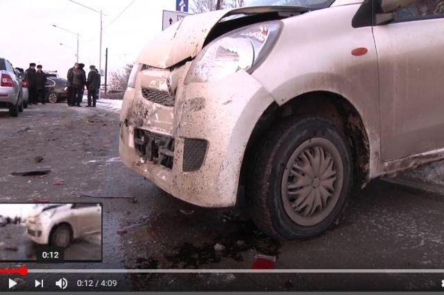 Водитель иномарки протаранил несколько автомобилей.