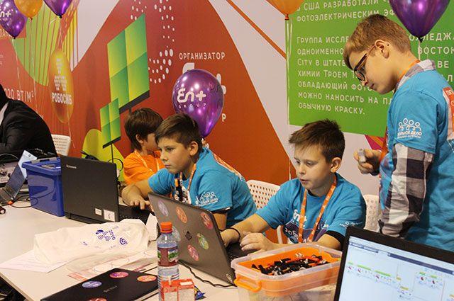 Ребята начинают программировать роботов уже в начальных классах.
