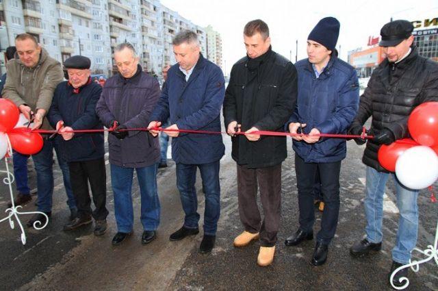 В Северодвинске на открытие участка дороги длиной в 319 метров собрался весь местный бомонд. Как шутят в соцсетях: «Желающих порезать ленту больше, чем ширина дороги».