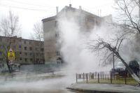 В Тюмени на улице Логунова прорвало теплотрассу
