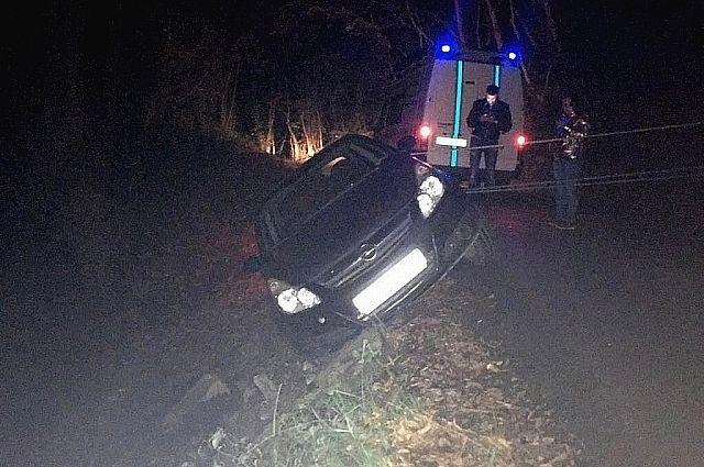 ВСочи cотрудники экстренных служб доставали людей иззависшего над обрывом автомобиля