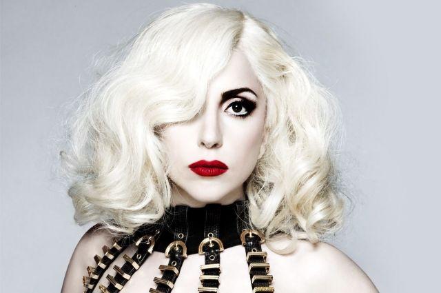 Ого! практически голая Леди Гага на береге
