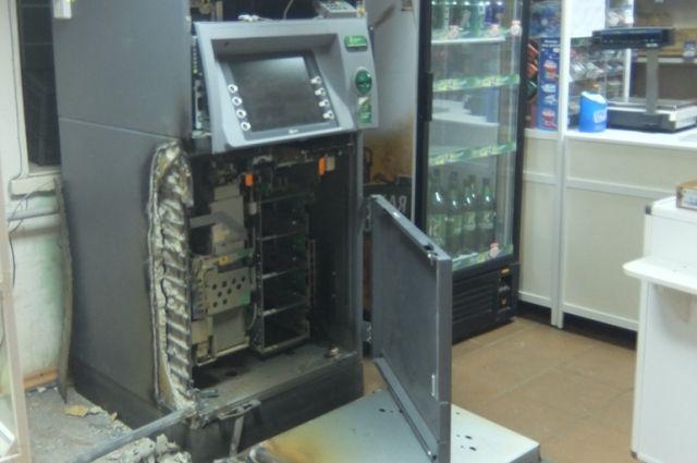 Несколько лет, с 2012 по 2016 годы, злоумышленники проникали в торговые помещения и отделения банков, где взламывали банкоматы, в том числе путём подрыва.