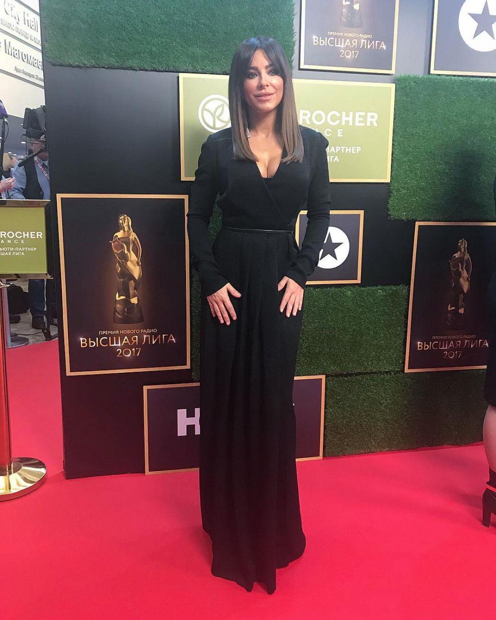 Ани Лорак за вечер сменила не один наряд, но черное длинное платье в пол с пикантным вырезом у груди было самым сногсшибающим.
