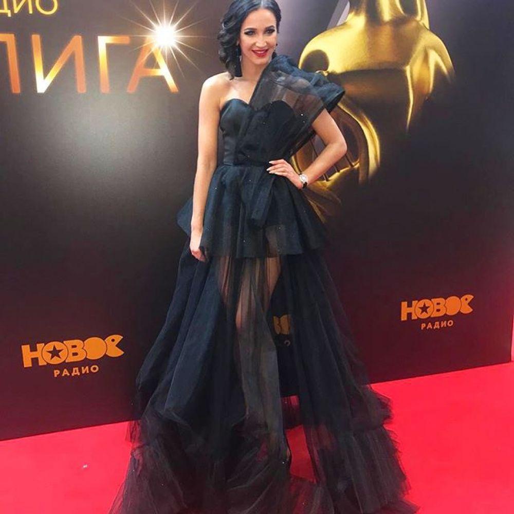С российских звезд своим нарядом удивила Ольга Бузова, которая выбрала стильное черное платье с прозрачным низом.