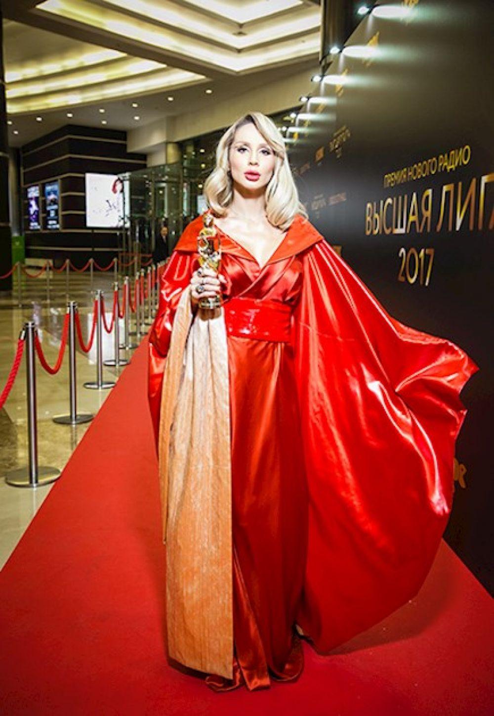 Перед папарацци Лобода появилась в красном кимоно: певица выглядела потрясающе.
