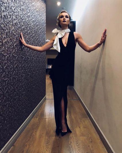 А Полина Гагарина для данного случая выбрала длинное облегающее платье с эффектным разрезом.