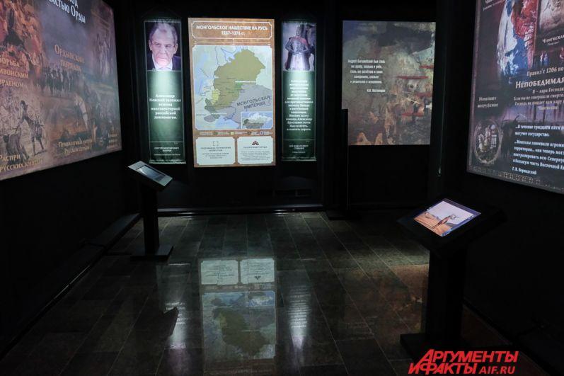 Весь материал выставки подаётся с помощью множества проекторов на большие стенды.