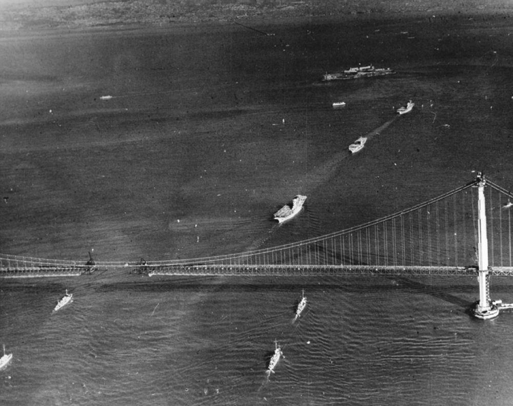 Корабли ВМС США, проходящие под мостом «Золотые ворота». 12 ноября 1936 года.