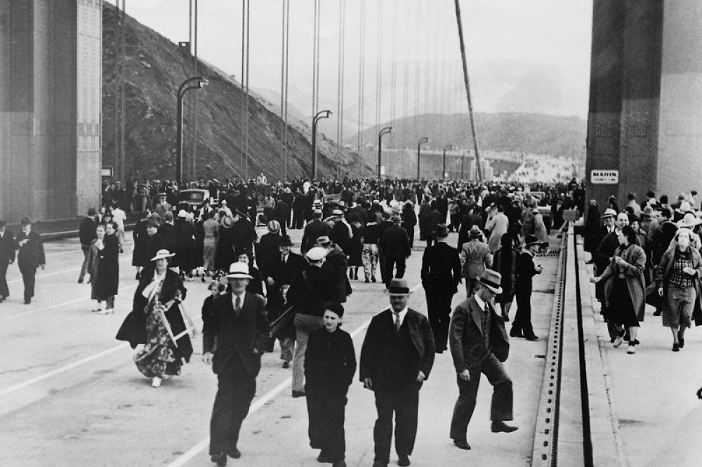 Пешеходы на недавно открывшемся мосту «Золотые ворота» в Сан-Франциско. 1937 год.