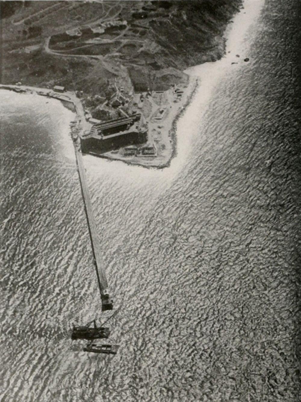 Вид с высоты 1000 футов на строительство южного пирса. 1933 год.
