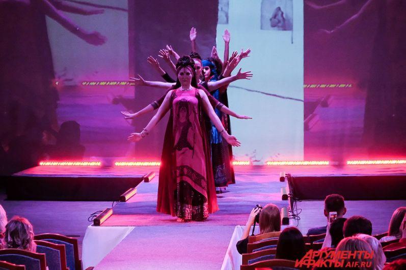 Тема конкурса: чёрное, белое, красное и философия платья.