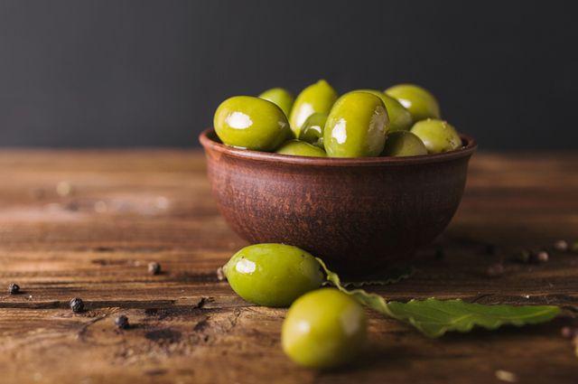 Полезные даже в банке! Какие оливки подать к новогоднему столу?