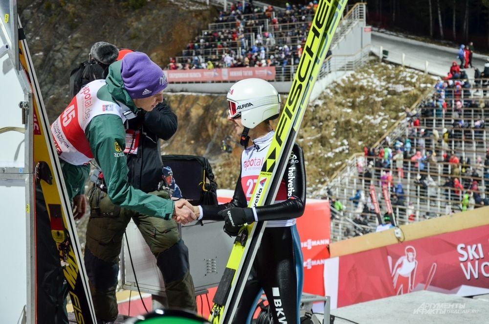 Симон Аманн поздравляет Андреаса Веллингера.