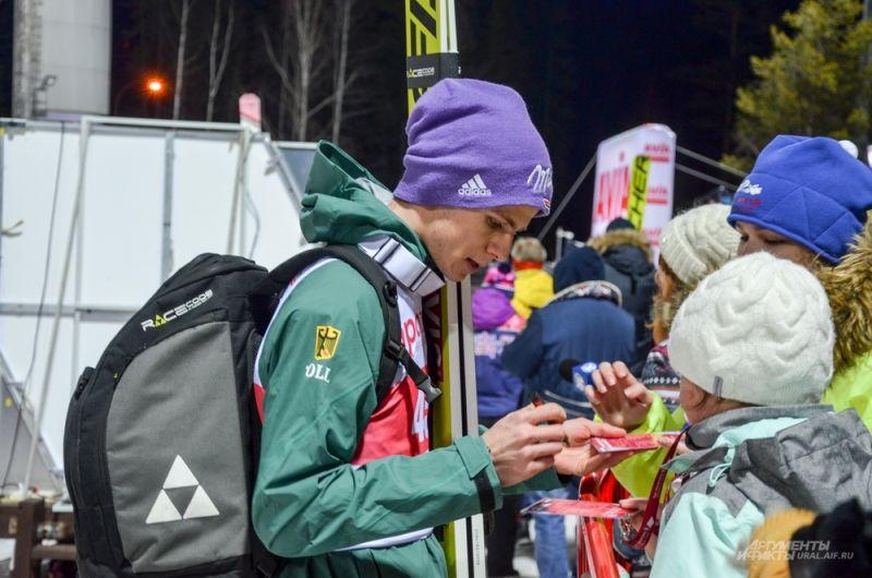 Андреас Веллингер раздает автографы.