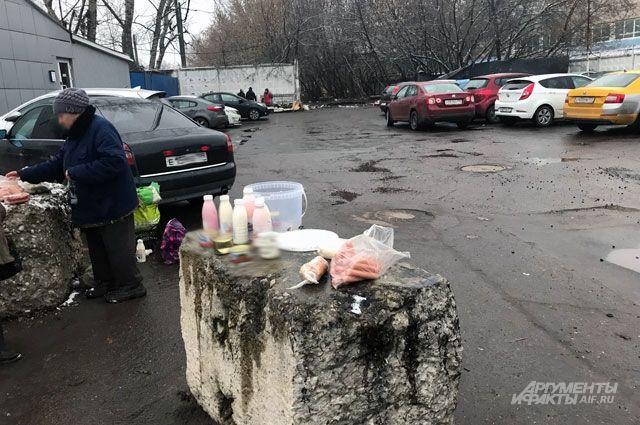 Колбаса с душком, но зато по 25 рублей. Есть эти продукты опасно, но продавцы готовы поделиться десятком советов, как употребить в пищу кислый йогурт или протухшие сардельки.