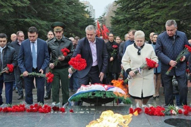 Столичные власти возложили цветы кМогиле Неизвестного Солдата