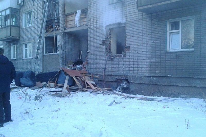 Так выглядел поврежденный дом в день взрыва. До самого вечера из окна злополучной квартиры шел дым.