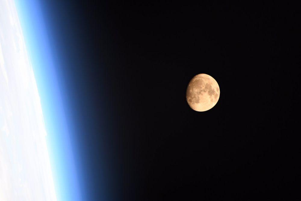 Кроме того, в предшествующее и последующее полнолуния луна также будет казаться больше чем обычно. Это 4 ноября 2017 года и 2 января 2018 года.