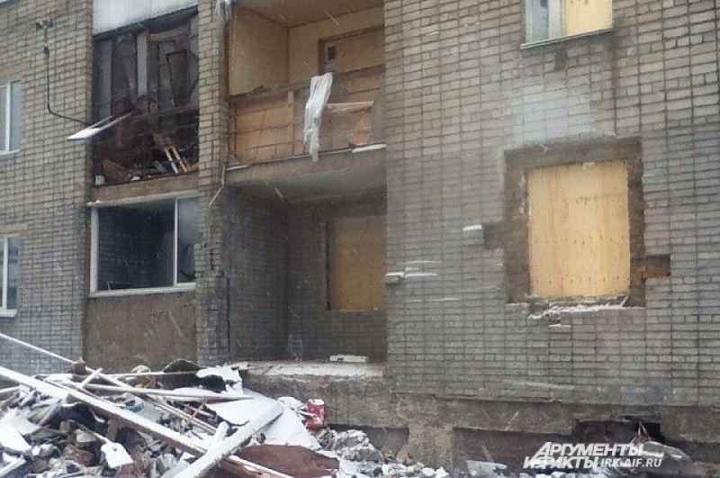 Спустя сутки выбитые окна временно закрыли фанерой.
