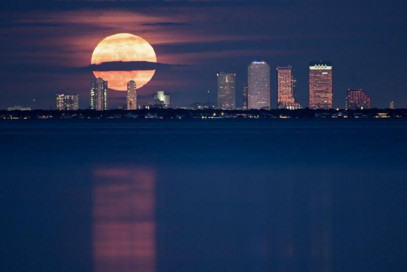 В ночь на понедельник, 4 декабря, земляне наблюдали суперлуние – уникальное явление, когда Луна максимально приблизилась к Земле.