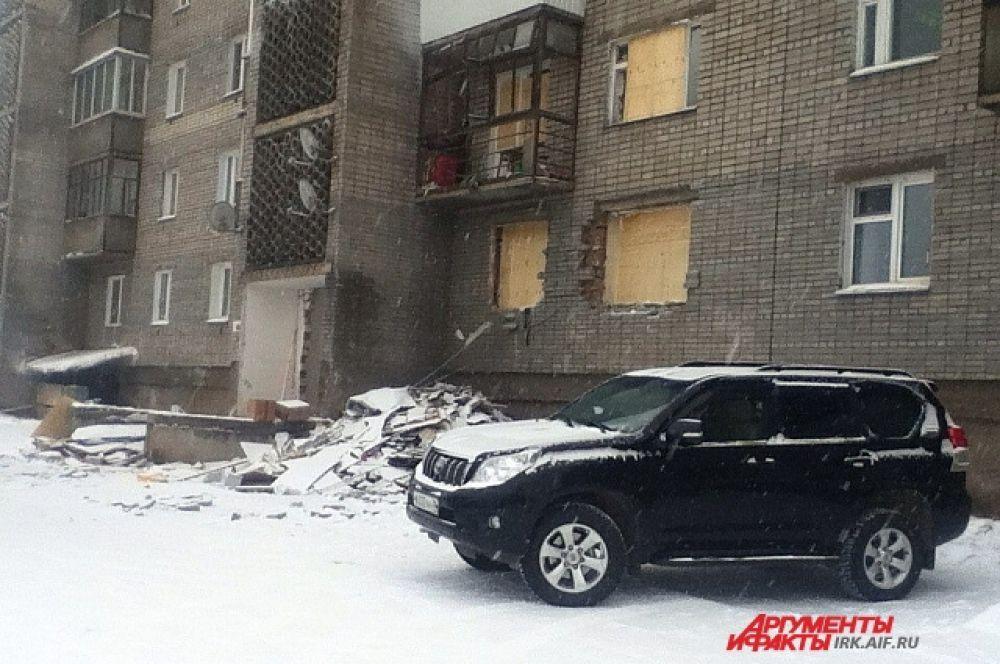 В квартире на втором этаже погиб мужчина. В первом этаже пострадали двое рабочих, в ближайшее время их перевезут в ожоговое отделение в Иркутск.