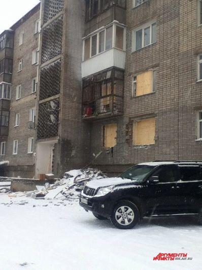 Повреждения получили лоджии и окна до пятого этажа.